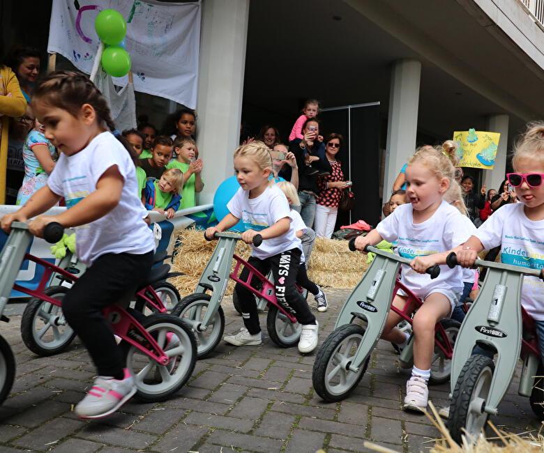 Peuters nemen deel aan Boels Mini-Ladies tour